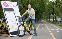 Zoli TOTH a ajutat 3 beneficiari ai Fundației Hope and Homes for Children să primească biciclete