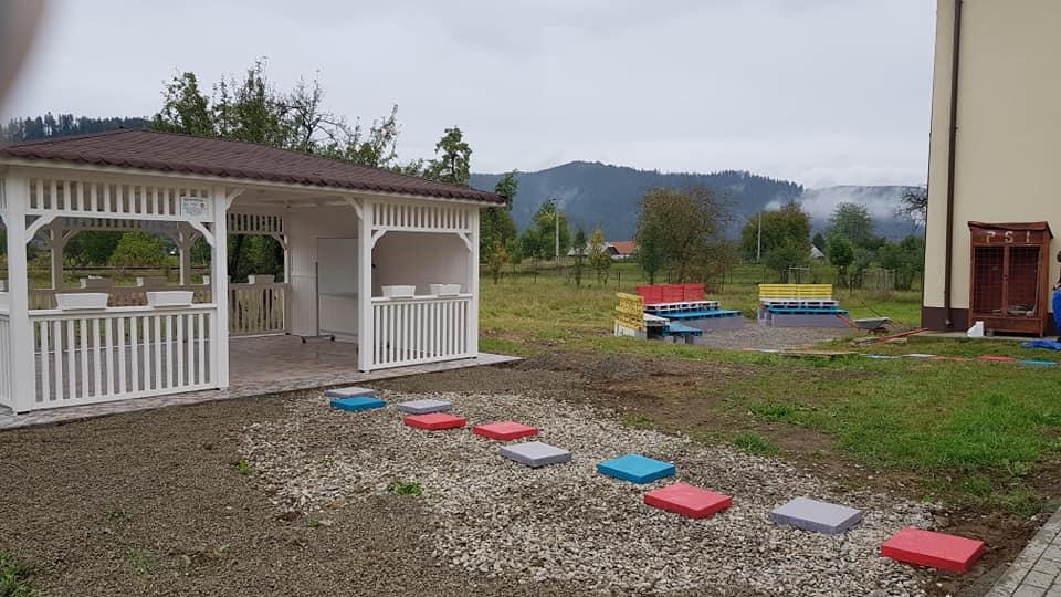 Școala din curtea școlii