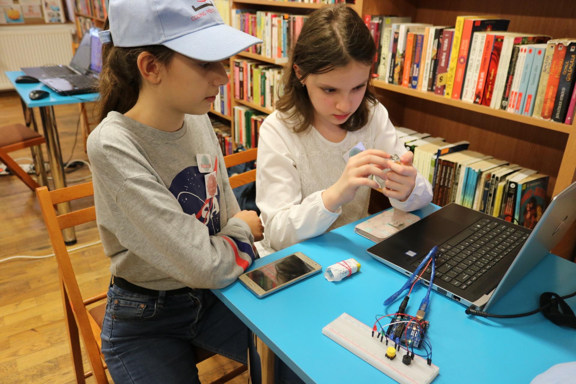 CODE Kids - Copiii fac coding în bibliotecile publice